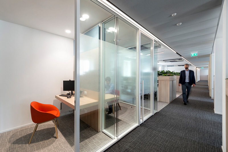 办公室装修中使用什么玻璃隔断比较好? - 广东一固隔断制品有限公司