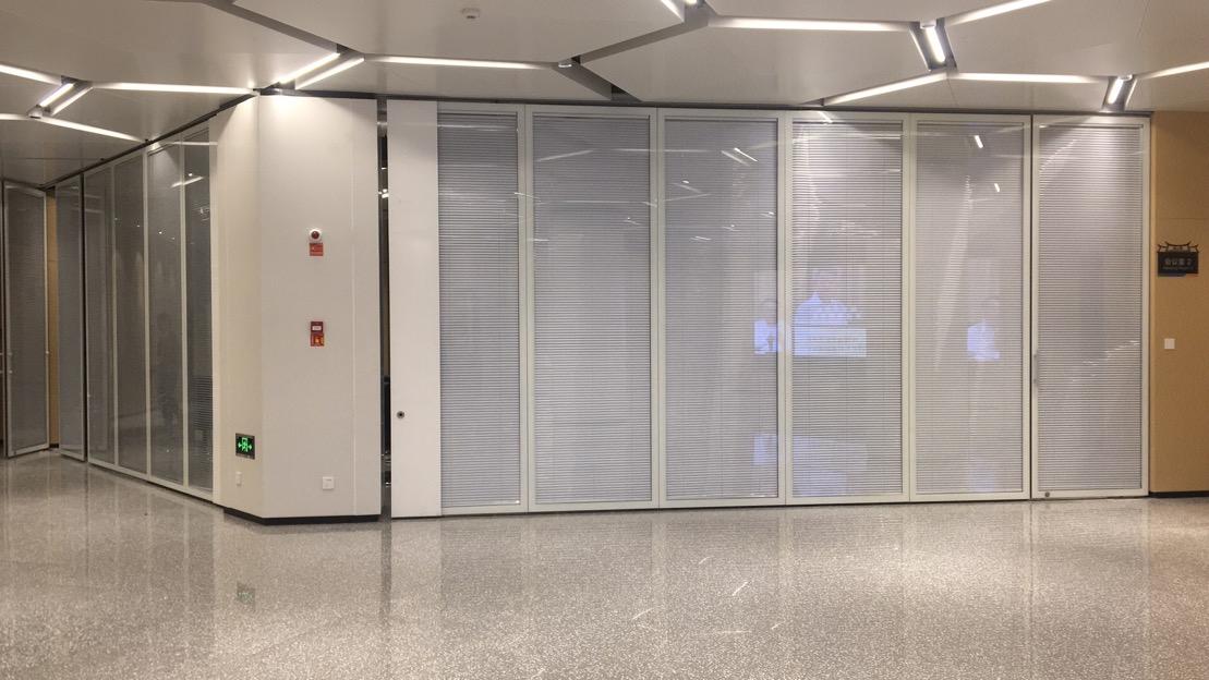 厦门大学会议室玻璃活动隔断安装项目